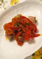 リゾット風ソルガムを肉で巻いて焼いたものにパプリカのソースをかけたもの