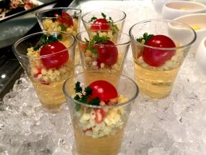 ソルガムきびとトマトコンソメゼリーのカクテル グレープシードオイルをかけて