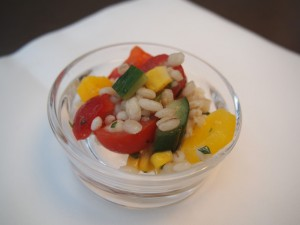 ソルガムきび、トマト、コーンのサラダ