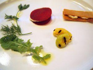 そら豆のグリエ ゆずのヴィネグレット ビーツのサラダ ココナッツヨーグルト風味 酒粕のサブレ、ヴィーガンナッツチーズ 《カシュー&マカダミア》のタルティーヌ