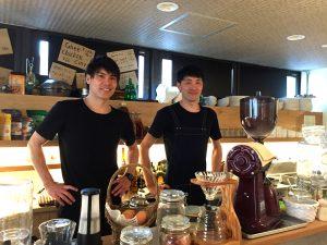 左:米野智人氏、右:店長で調理担当の兄・敦人氏