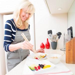 ソルガムきびのフルーツタルトを作るエリカさん