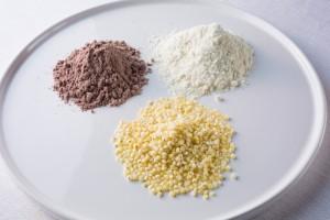 左上:有色ソルガムきび粉<br /> 右上:ホワイトソルガムきび粉<br /> 中央:ホワイトソルガムきびつぶ