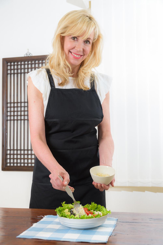 コブサラダ(ホワイトソルガム入り)を作るエリカアンギャルさん