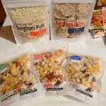 日本で発売されたホワイトソルガムきび加工食品。上左からパフ、チップ。下はグラノーラ。