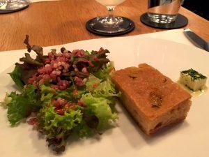 ソルガムきびと葉野菜のサラダ フランボワーズのドレッシング ソルガムきび、米粉、ひよこ豆のフォカッチャ エスカルゴバター添え