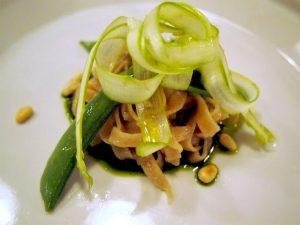 キヌアとソルガムきびのタリアテッレ ペストーソースと初夏の野菜