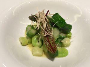 小さな空豆とグリーンアスパラガスのラグー トリュフの香りとともに