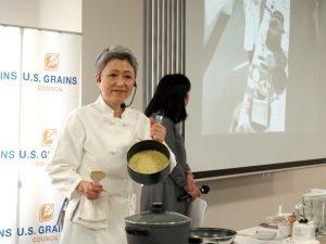 1品目のデモ・メニュー「ソルゴット」をつくる山田シェフ