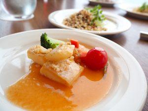 白身魚(ディナーはアラスカサーモン)のオーブン焼き 海老とオクラのガンボソース