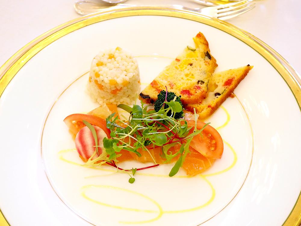 自家製サーモンマリネとソルガムきびのサラダ ソルガムきびのケークサレを添えて