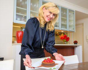 「エリカ・アンギャルさんのHappy Sorghum Life ~ソルガムきびでヘルシー&ビューティー~」の最新コラム『おうち時間を有効活用!ソルガムきび粉を使ったヘルシーショコラで、ひと味違うバレンタインデーを。』